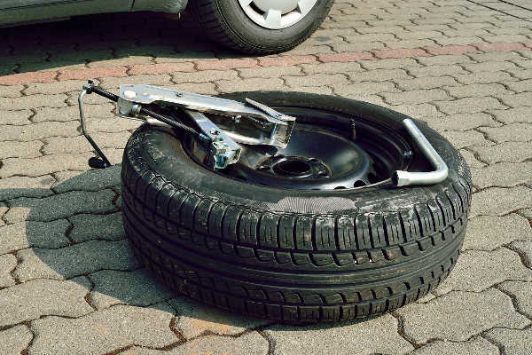 Wagenheber beim Reifenwechsel